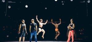 Lavastaja ja koreograaf Teet Kask (pildil teksades) toob oma lavastuses publiku ette lisaks 11 tantsijale pianist Kadri-Ann Sumera (vasakul) ja viiuldaja Eva-Maria Sumera. Nende selja taga tantsivad parajasti Jacob Hoover ja Brandon Alexander. Foto: Jack Devan